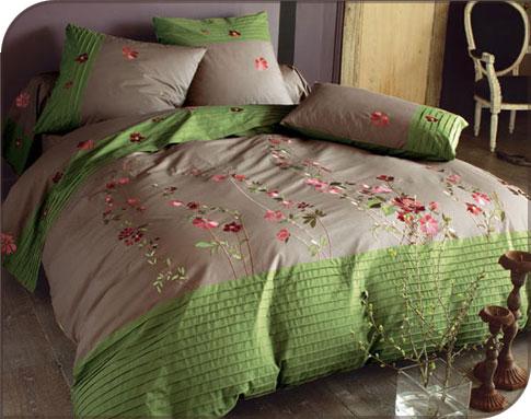 Couleurs automnales relevées de touches acidulées bordures plissées de vert et broderies de fleurs pétillantes on aime cette parure de lit originale
