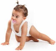 Bébé en été doit être bien protégé