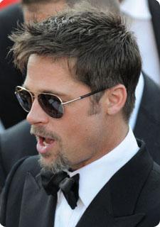 Ces temps,ci, Brad Pitt porte le bouc, oui, mais garde sa coupe de petit  jeune, à savoir courte avec mèche plus longue devant et un poil ébouriffée.