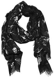 Le symbole même du look rock, à afficher sur un tee-shirt, un foulard, un  bijou,… Ici, le foulard Alexander McQueen bien sûr, LE pro en la matière. b82c3dacdbf