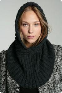 c8fd45f8928d Acrylique, mohair et laine se partagent la partie pour cette capuche  indépendante à associer à ses vestes et manteaux. Urban OUtfitters. A  choisir en gris, ...