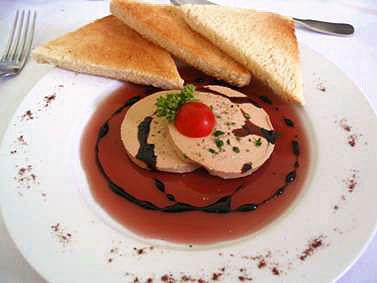 Conseil de présentation d'une assiette de foie gras en tranches
